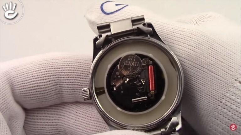 Xác định vị trí pin trước khi thay pin đồng hồ đeo tay