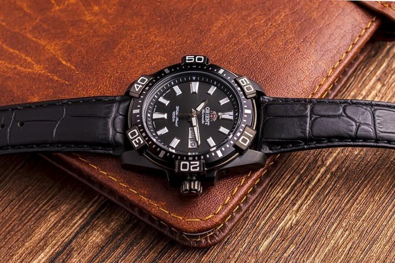 Review đồng hồ Orient FEM7R004B9: Kiểu dáng thể thao mạnh mẽ-5