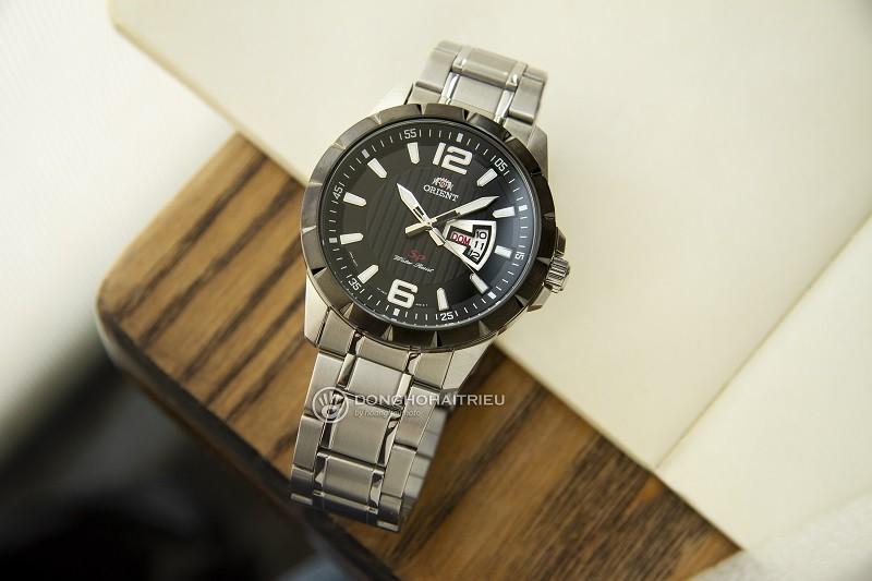 Review đồng hồ Orient FUG1X001B9: Dây đeo kim loại bền bỉ-1