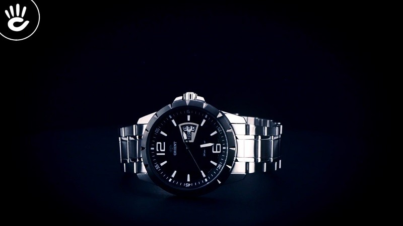 Review đồng hồ Orient FUG1X001B9: Dây đeo kim loại bền bỉ-4