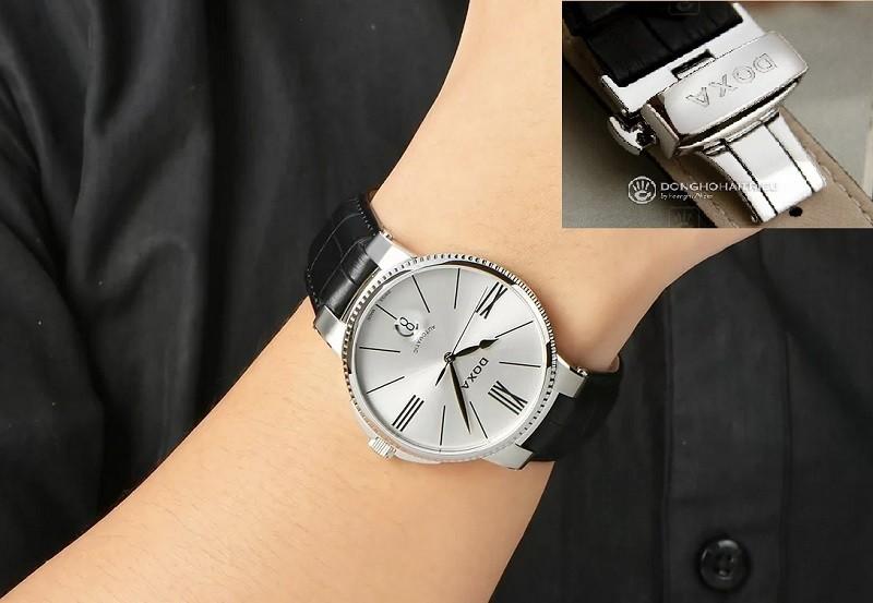 Dây da đồng hồ khóa bướm có nút bấm của chiếc đồng hồ Doxa
