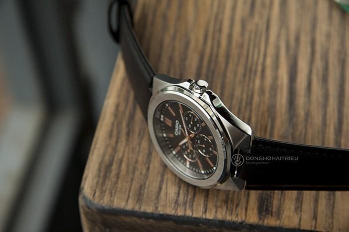 Phần vỏ và mặt đáy đồng hồ Casio MTP-SW330L-1AV thiết kế rất đẹp mắt